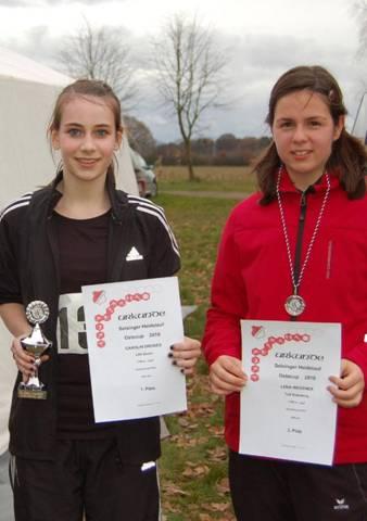 Carolin Drewes erhielt den Ostecup-Siegerpokal. Ihre Verfolgerin Lena Wegener (TuS Rotenburg, re.) hätte in Granstedt einen zusätzlichen Preis für Sportlichkeit verdient gehabt, da sie sofort nach dem Zieleinlauf herzlich gratulierte und Carolin auch mit einem Getränk aushalf.