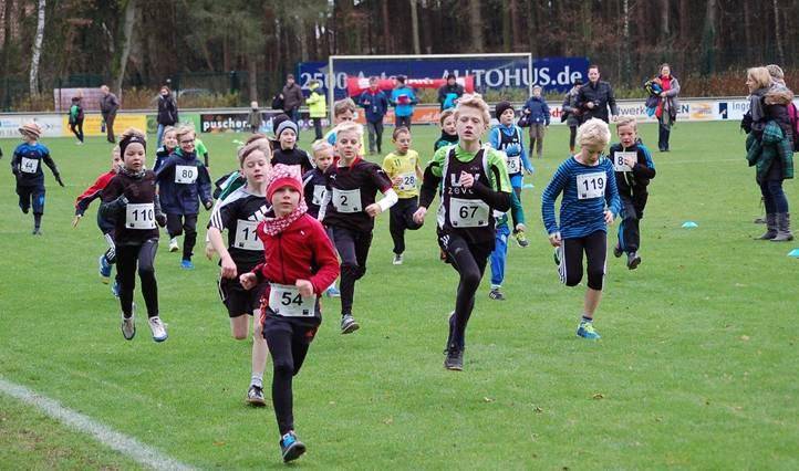 Zi01: Start über die 700m der männlichen Kinder. Den Lauf gewann Jannis Corleis (Nr. 67) von der LAV Zeven als Zeitschnellster mit 3:31 min.