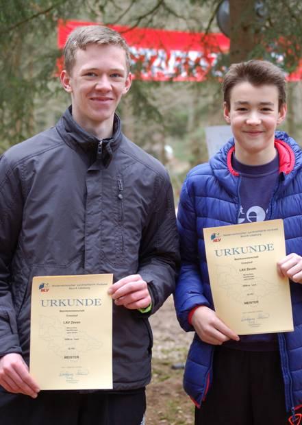 Marius Silies (li.) und Janko Sawall waren bei der Siegerehrung noch anwesend und erhielten vor Ort ihre Urkunden als Bezirksmeister in der Mannschaftswertung der MJ U16 im 3000m-Lauf, die sie zusammen mit ihrem Vereinskameraden Jost-Ole Fasel errungen hatten.