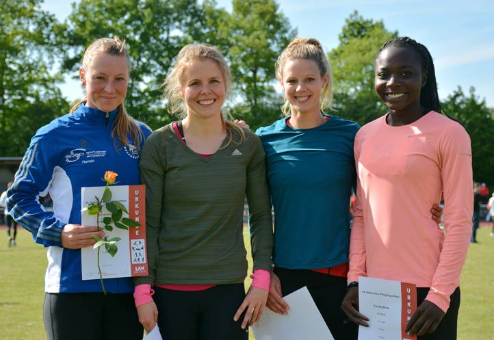 Siegerehrung der 100m der Frauen. Es gewann Jana Loock (li., LG Weserbergland) in 11,91 sec.