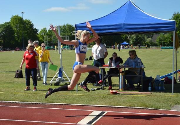 """Katharina Mattern siegte im Dreisprung der weiblichen Jugend U20 nach einigen anfänglichen """"Anlaufschwierigkeiten"""" mit 12,24m."""