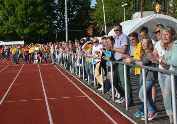 Auch bei den 800m-Läufen zum Abschluss des zweitägigen Pfingstsportfestes feuerte das Publikum die Aktiven an.