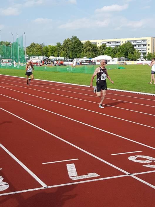 Kurz vor dem Ziel 400m M65 Karl Dorschner vor Helmut Meier