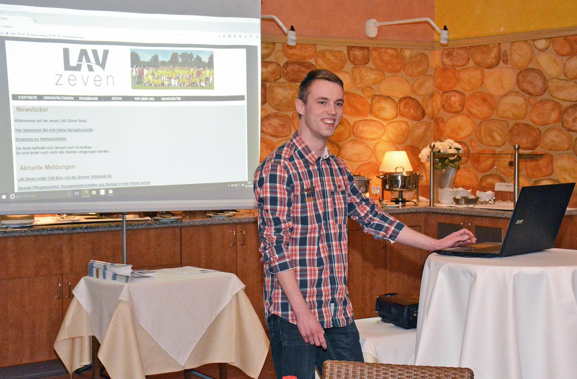 zi04: Steffen Meinke präsentierte das neue Erscheinungsbild der Homepage der LAV Zeven.