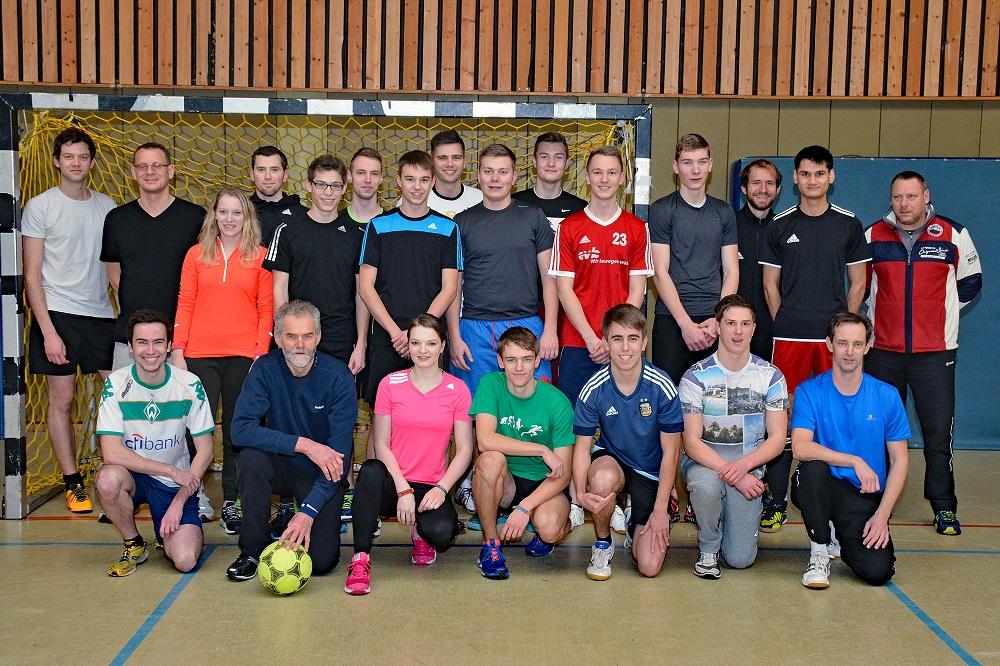 zi01: Einige der Sportlerinnen und Sportler, die sich in diesem Jahr am Heiligabend zu einem Fußball-Turnier in der Turnhalle an der Kanalstraße trafen.