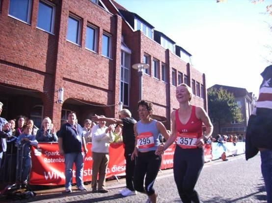 Zieleinlauf Halbmarathon die beiden Teilnehmerinnen der LAV Zeven Silke Kosmata (295) und Kerstin Michaelis.