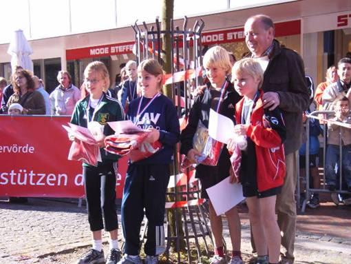 Siegerehrung 5KM Schülerklassen mit Zevens Bürgermeister H.J. Jaap