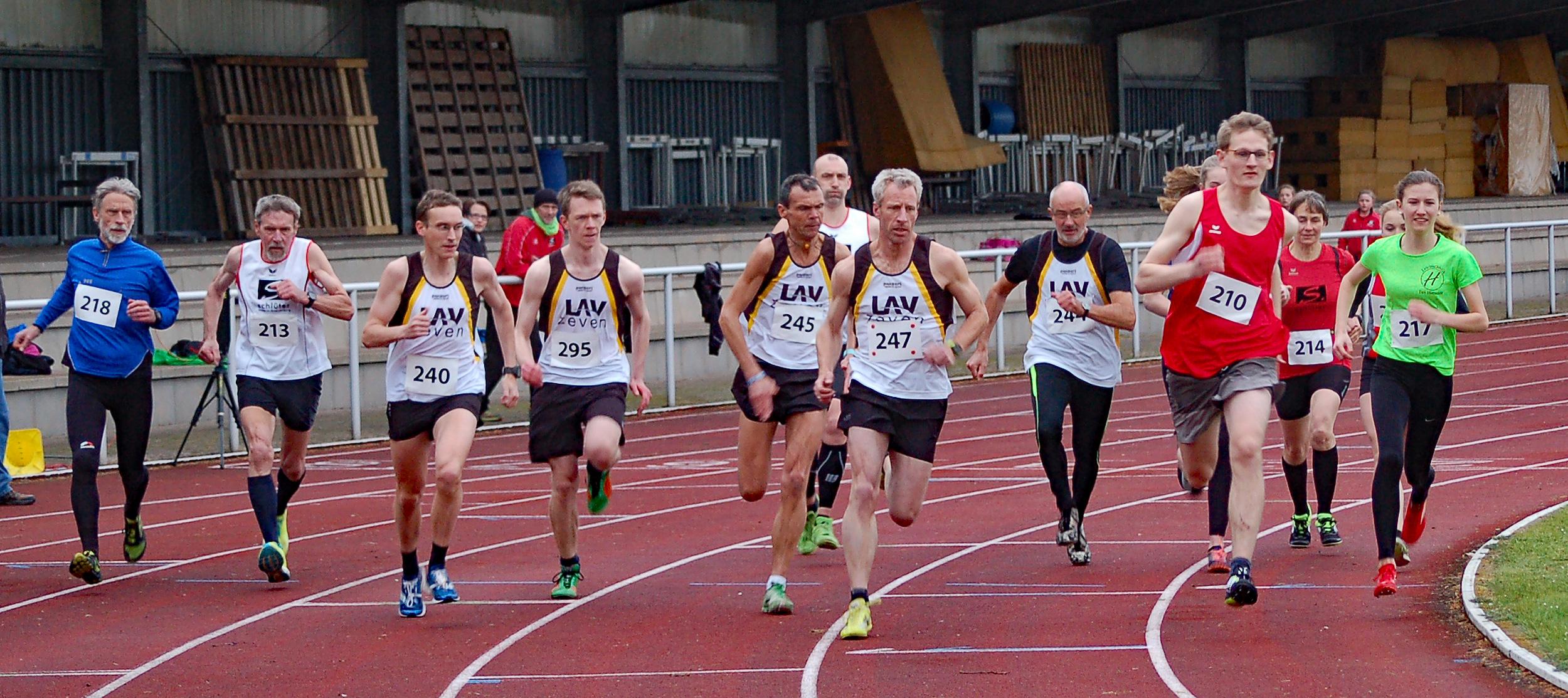 06: Start zum 800m-Lauf der U18 und älter.