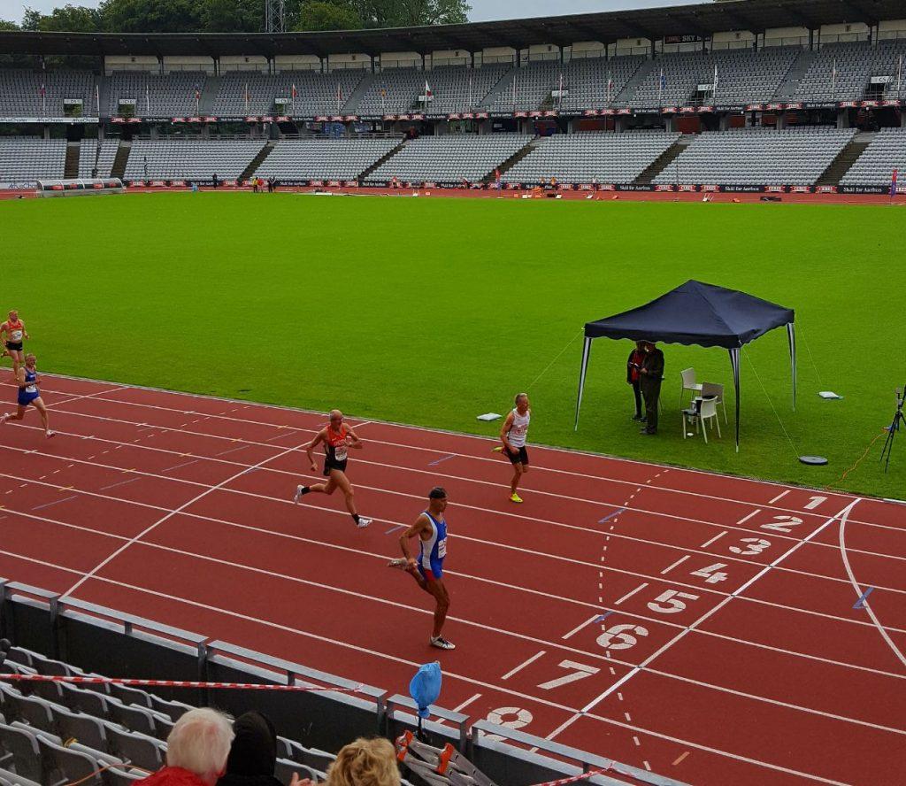 Vorlauf 200m, locker auf Platz drei in 27.74 sec gelaufen. Somit direkte Qualifikation für das Finale morgen. Musste heute mal ein paar Körner sparen.