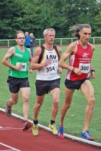 zi07: Schnellster Teilnehmer im 5000m-Lauf war der 1967 geborene Andreas Oberschilp (Nr. 300) von der LG Bremen-