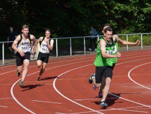 Beim letzten Wechsel der Zevener 4 x 100 m Staffel der U 20 ging der Stab von Janik Dohrmann an Joost Michaelis (li.).