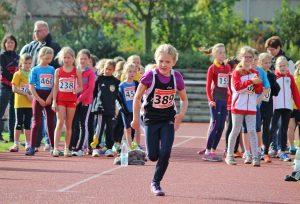 Malin Rötting (Nr. 389) verbesserte mit 3,43 m im Weitsprung in Euskirchen eine ihrer persönlichen Bestleistungen und kam auch in diesem Wettbewerb auf den zweiten Platz.