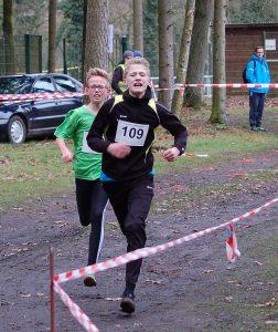 Ein spannendes Rennen bis in das Ziel lieferten sich Jannes Corleis (Nr. 109, LAV Zeven, 6:40) und Christoph Debus (TuS Bothel, 6:41) über die 1670m. Jannes wurde Sieger in der Wertung der Jugend M13 und Christoph in der Wertung der Jugend M12.