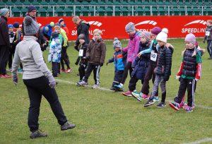 Vor den Läufen der Kinder gab es von Seiten der Veranstalter erstmals das Angebot zu einer gemeinsamen Streckenbegehung und gemeinschaftlichen Aufwärm-Übungen für die jungen Aktiven.
