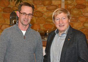 """zi02: Hans-Hermann Neblung (re.) erhielt von Rainer Dohrmann die """"Ehrennadel in Gold des TuS Zeven"""" überreicht"""