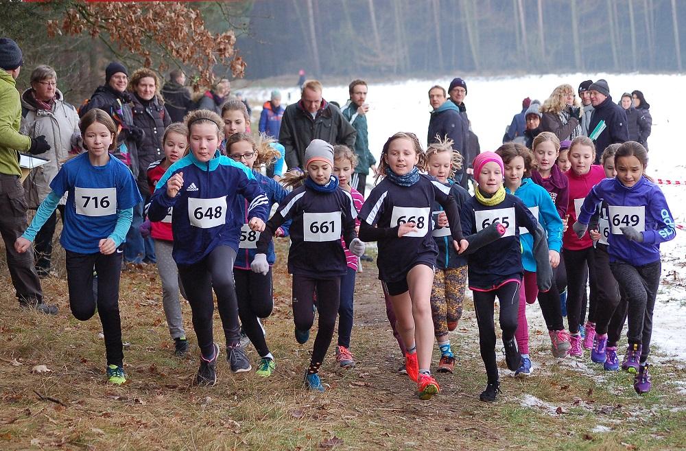 zi05: Start der weiblichen Kinder über die 1300m-Distanz. Von der LAV Zeven gewann in der Wertung der Kinder W10 Paula Itzek (Nr. 648).