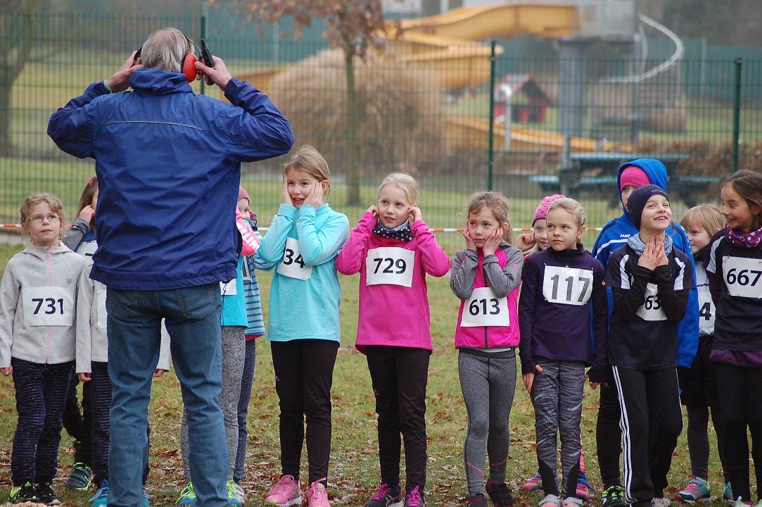 Zi02: Als der Starter Klaus Michalski vor dem Startschuss zum Rennen über 670m seinen Gehörschutz aufsetzte, ergriffen einige der jüngsten Läuferinnen lieber ebenfalls Vorsorgemaßnahmen.