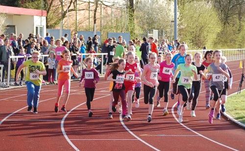 """Zi02: Im gemischten """"Jedermann-Lauf"""" der jüngeren Aktiven über 800m siegte in der Wertung der Mädchen Svea Huch (Nr. 123) in 3:19,49 Minuten. Bei den Jungen gewann Kevin Wieniewski (3:15,08)."""