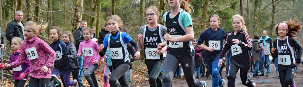 Start der weiblichen Kinder zum Lauf über 1300m. Mit dabei von der LAV Zeven Janaina Moreira da Silva (Nr. 91), Leni-Sophie Böttjer (Nr. 62), Paula Itzek (Nr. 92), Lara Fitschen (Nr. 93) und Lisa Prigge (Nr. 35).