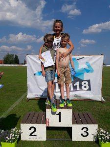 """Foto 1 (Privat: Mester): Melinda Mester mit ihren """"Motivatoren"""" Niklas und Marc."""