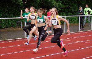 Nele Müller (Nr. 111) von der LAV Zeven gewann in 12,85 sec klar über 100m.