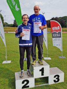 Siegerehrung 400m mit Helmut Meier und Dr. Wolfgang Meier. (Foto Rita Meier)