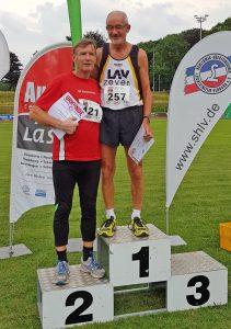 Siegerehrung 100m mit Helmut Meier und Dr. Gottfried Behrens. (Foto Rita Meier)