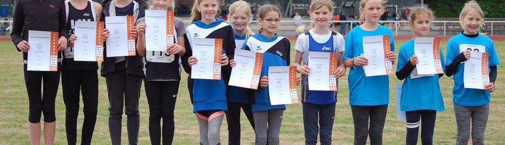 Richtig voll wurde es auf dem Siegerpodest bei der Siegerehrung der 4x50m-Staffeln der WK U12. Es gewann die LAV Zeven (v.li.: Maria Cordes, Lara Fitschen, Leni-Sophie Böttjer, Malin Rötting) vor der LG Kreis Verden und dem TV Scheeßel.