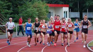 : Start zum gemischten Wettbewerb über die 3000m. Mit dabei Karoline Sophie Löffel (Nr. 164, U18) vom BV Garrel, die sich mit einer Zeit von 10:04,21 min klar die Qualifikationsnorm für die Deutschen Meisterschaften der U20 sicherte.