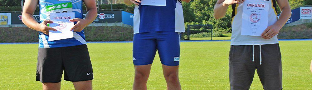 Joost Michaelis (re.) von der LAV Zeven sicherte sich mit einer Weite von 13,54m im Kugelstoßen einen Platz auf dem Siegerpodest.