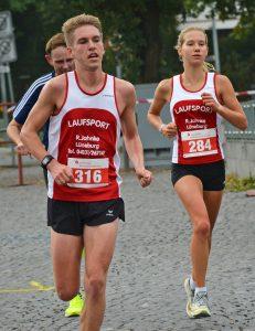 """Svea Timm (Nr. 284, Lüneburger SV, WJ U18, 38:58 min) hatte in ihrem Vereinskameraden Mattis Dietrich einen persönlichen """"Tempomacher"""" dabei."""
