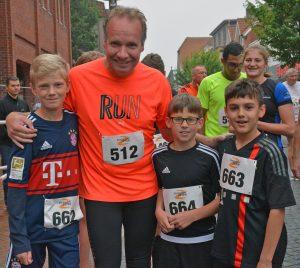 Gerrit van Putten (Nr. 512) und einige der jungen TuS Zeven-Fußballer vor dem Start im vergangenen Jahr.