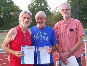 Der KLV-Vorsitzende Theo Maxin (re.) bei der Siegerehrung der M65 mit dem Zweitplatzierten Karl-Heinz Poludniok (li., TV Scheeßel) und Helmut Meier (Mitte, LAV Zeven), dem Sieger über die 800m.