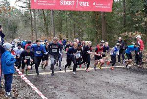 Start zum Lauf über die 3000m. Schnellster Teilnehmer war Sean Hahnefeldt (Startnummer 100, TSV Otterndorf), der Oste-Cup-Sieger der Männer M20 – 29 über die Kurzstrecke, der nach 9:31 Minuten im Ziel war. Schnellster Läufer für die LAV Zeven war Safin Arshad (Nr. 33).