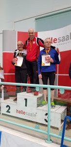 Siegerehrung 200m mit Helmut Meier (li.).