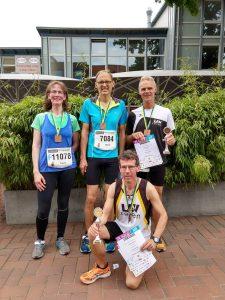 Auch Traute Löhn, Bernd Löhn, Heino Fiehnen (hinten, von links) und Carsten Ahlfeld (vorne) von der LAV Zeven nahmen am Stadtlauf in Buchholz teil.