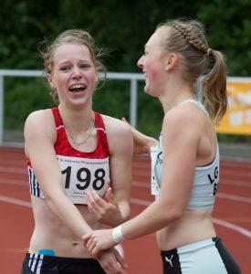 Wiebkene Griphahn aus Riepnaotz/Dammgarten kann ihr Glück noch gar nicht fassen. Soeben hat sie das Hürdenfinale gegen Vanessa Hammerschmidt gewonnen. Die zeigt sich als überaus faire Verliererin und gratuliert der Siegerin von herzen