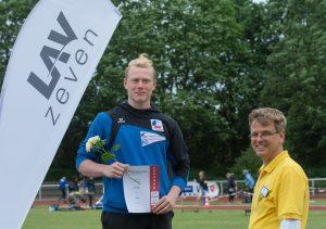 LAV Vorsitzender Jens Dohrmann freut sich mit Kugelstoßer Jeremy Breuer, der zu den ersten Siegern des diesjährigen Pfingstsportfestes gehörte.