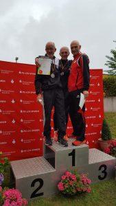 Siegerehrung 400m mit Helmut Meier (li.)