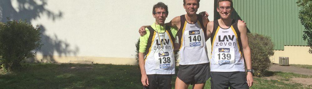 Das Trio der LAV Zeven (v.l. Carsten Ahlfeld, Marco Miltzlaff, Marcel Frank) vor dem Sportzentrum in Breitungen.