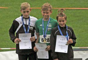 Linus Henning (li.) von der LAV Zeven belegte in Hamburg im Kugelstoßen der Jugend M12 mit 9,12m den zweiten Platz hinter Matti Sosna (TSG Bergedorf, 9,47m, Nr. 628) und vor Quentin Bellion-Jourdan (SG TSV Kronshagen / Kieler TB, 7,49m, re.).