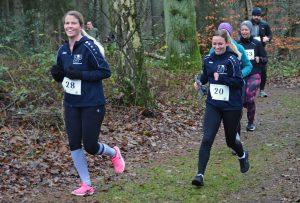 Szene aus dem Lauf über 3230m. Jennifer Lindenbaum (Nr. 28) und Alica Glüsing (Nr. 20) waren zwei der Aktiven, welche für das Team einer Heeslinger Zahnarztpraxis antraten.