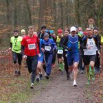 Start über die 7400m-Distanz. Unter den 33 Teilnehmenden war auch Marco Miltzlaff (Nr. 13, LAV Zeven) der in einer Altersklasse Senioren M50 klar gewann. Schnellster Läufer des Feldes war Timo Kuhlmann (Nr. 221, Senioren M30, OTB Osnabrück), der nach 25:35min über die Ziellinie kam.