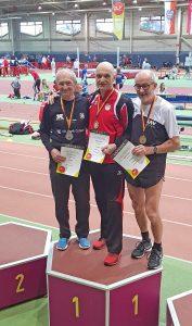 Karl Dorschner, Rudolf König und Helmut Meier (v.li.) bei der Siegerehrung für den Wettbewerb über 200m der Senioren M65.