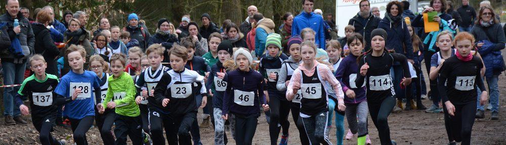 Start des gemischten Laufes über die 1300m. Mit dabei von der LAV Zeven auch die späteren Sieger Timon Beckhusen (Nr. 23) und Valerie Fehlandt (Nr. 45).