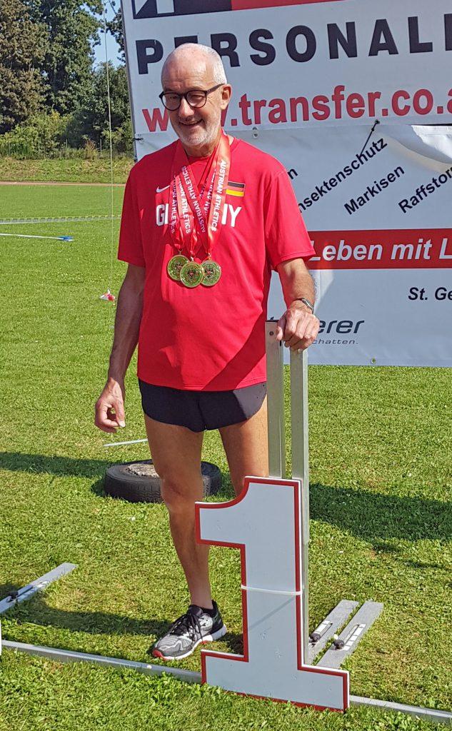 Helmut Meier mit seiner Medaillensammlung. (Foto: Rita Meier)
