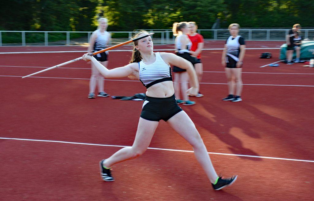 Luisa Lenz von der LAV Zeven sicherte sich mit 24,90m im Speerwurf der Jugend W14 und mit 4,87m im Weitsprung der weiblichen Jugend U18 die jeweiligen Titel als Kreismeisterin.