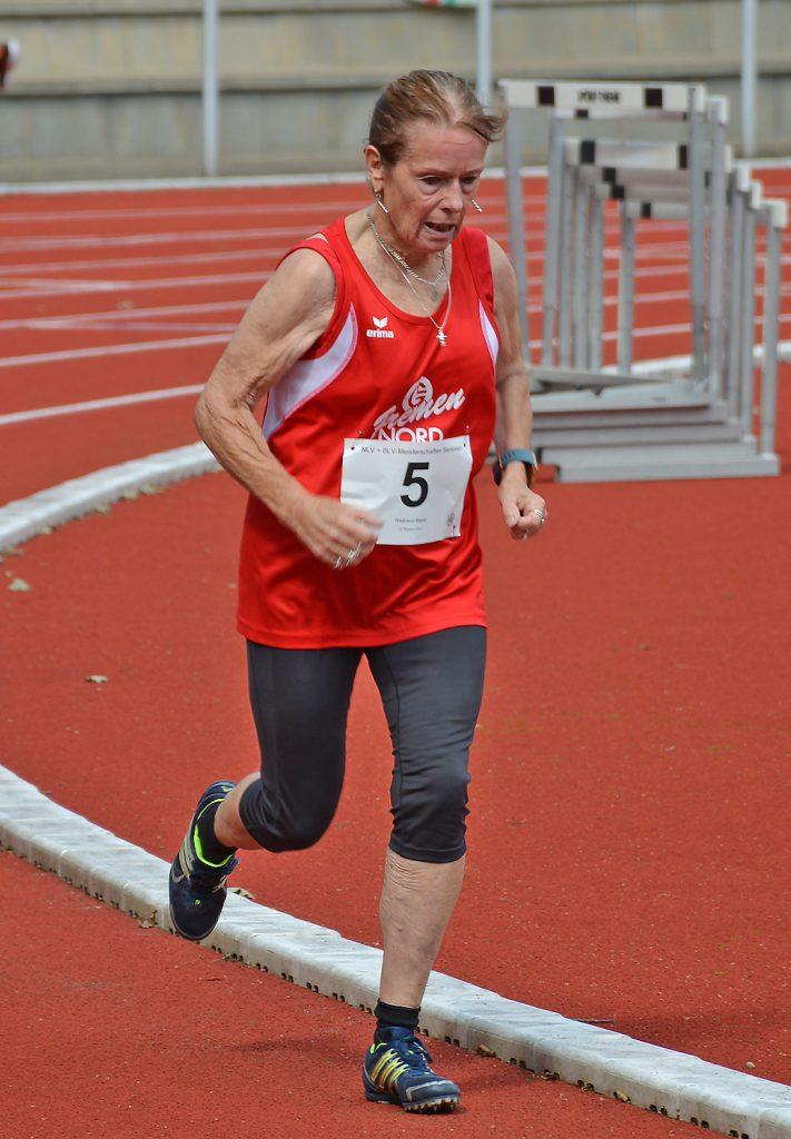Waltraud Bayer (Jahrgang 1939) von der LG Bremen-Nord trat über 400m, 800m und 1500m an.