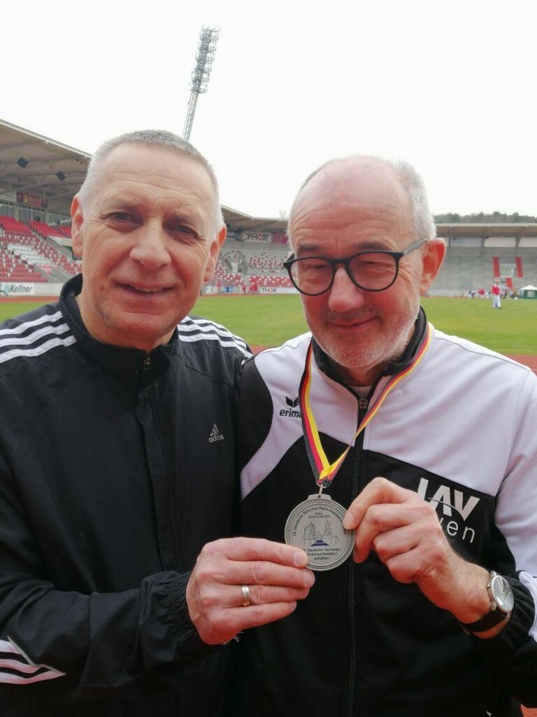 Czeslaw Pradzynski (li.) und Helmut Meier – hier eine Archivaufnahme von den Deutschen Senioren-Hallenmeisterschaften im vergangenen Jahr – traten am Freitag in Delmenhorst an. (Foto: Annette Pradzynski)