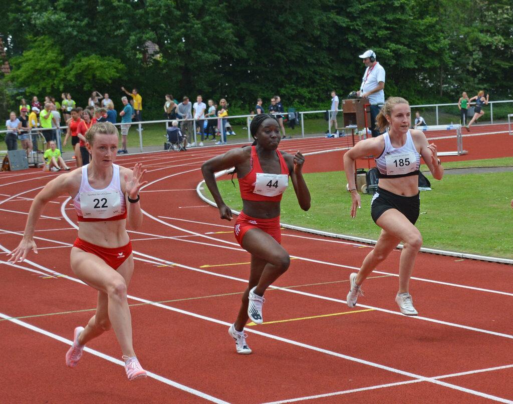 Nele Müller (Nr. 185, LAV Zeven), Vanessa Baldé (Nr. 44, Hamburger SV) und Fenja Schäfer (Nr. 22, Bremer LT) im 100m-Sprint der WJ U20.